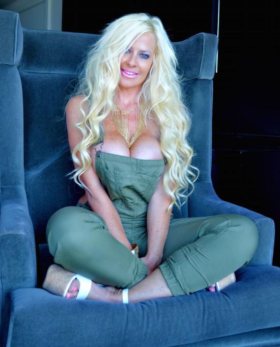 Kelley_cabbana_headshot_green_jumpsuit_1